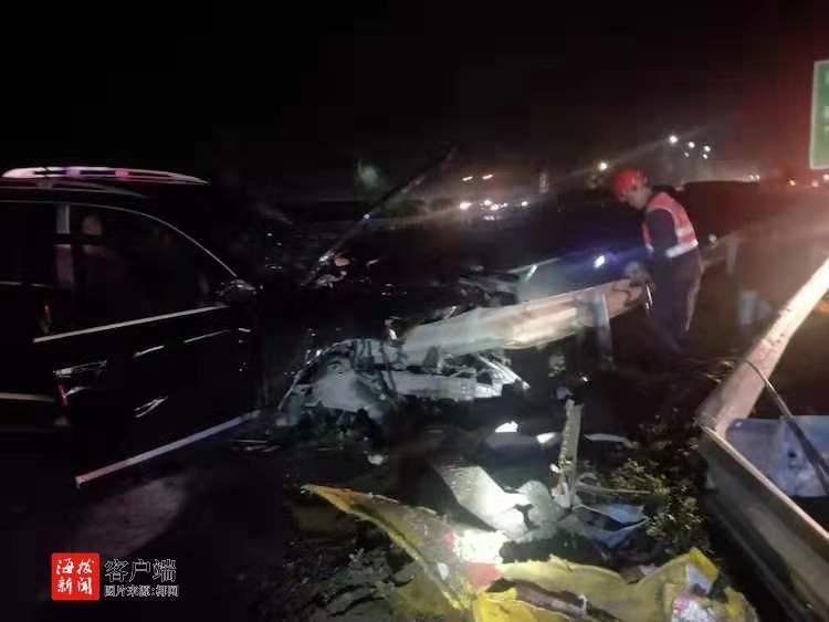 """""""嘭""""的一聲越野車深夜撞上高速護欄,這個畫面太悲慘!"""
