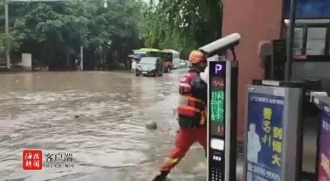 三亚这些路段积水 过往车辆请选择绕行