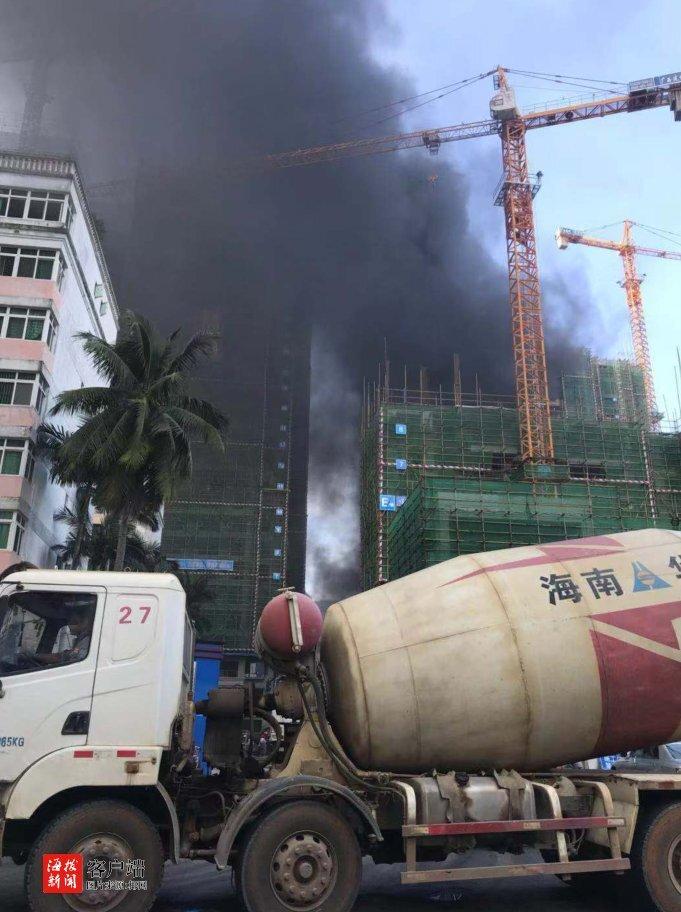 浓烟滚滚!海口星華海德豪庭三号楼发生火灾 因烟头掉落引燃塑板泡沫
