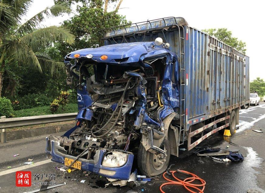 吓人!澄迈两货车相撞 车头被撞得严重变形 一人被困车内