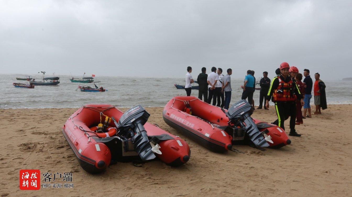 惊险!三亚一渔船侧翻2人落水 一人自救上岸,另一人……